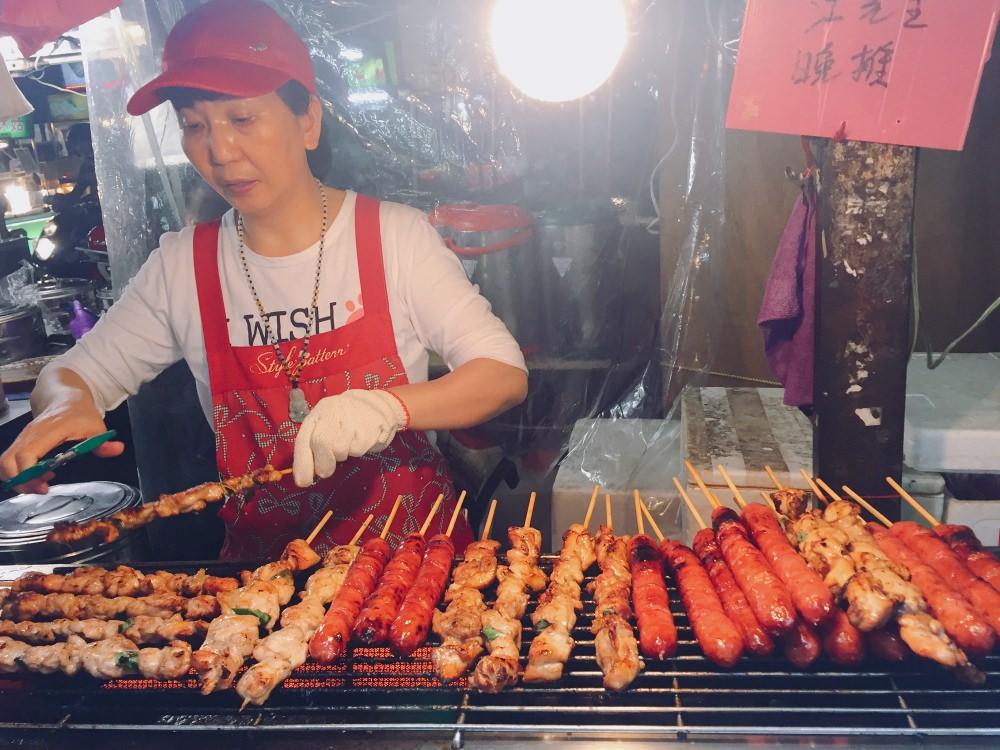 三重夜市小吃 一字排開烤香腸讓人口水直流
